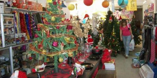 Comprar y decorar un rbol de navidad cuesta entre 500 y 1 - Decoracion navidena para comercios ...